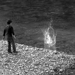 Splasssssssssh (//JUAN TOME//) Tags: summer bw blancoynegro rio canon river monocromo kid stones negro verano nio luarca piedras rionegro salpicadura canoneos1000d