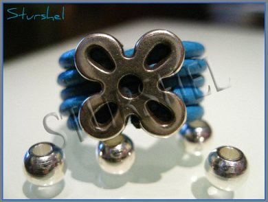 Anillo Flor Zamak en cuero azul
