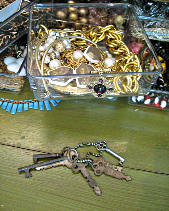 antique skeleton keys+jewelry organizing in lucite trays