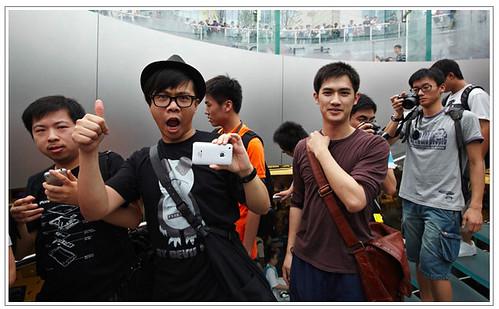 White iPhone 4 Shanghai by Roy Zipstein