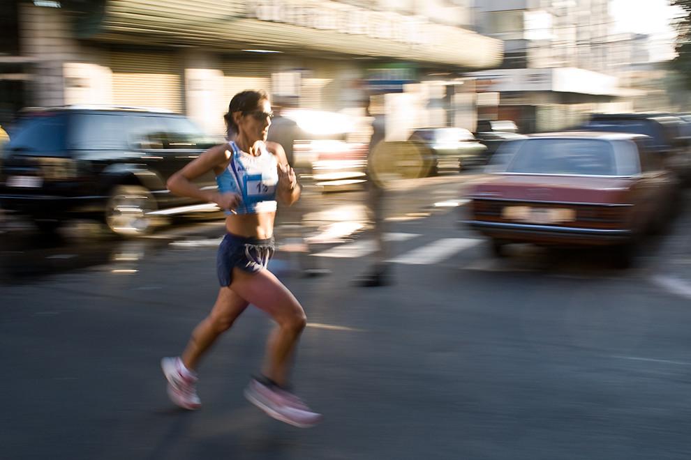 La argentina Gabriela Almada, ganadora de la categoria 42k femenino, pasando por la calle 14 de Mayo en lo que corresponde a la segunda vuelta por el microcentro del circuito de su categoría.  (Diego Ayala - Asunción, Paraguay)