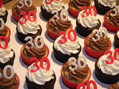 "Vanilla cakes with chocolate ganache and chocolate cakes with vanilla frosting (Sweet Carolina ""The Art of Cake"") Tags: wedding cookies cake brasil design cupcakes saopaulo casamento doces bolos lembrancinhas minibolos sweetcarolina"