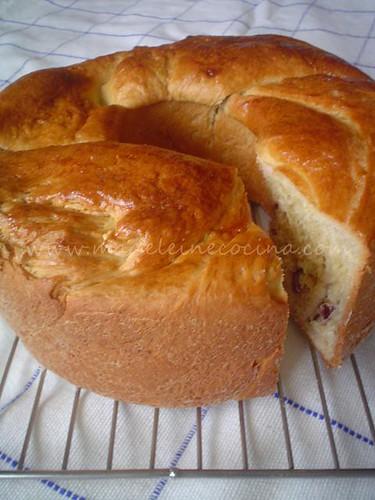 Rosca de brioche rellena de queso y arándanos