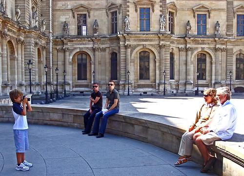 Paris Louvre et autour-30 Le petit photographe de Louvre