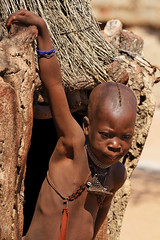 Petite Fille Himba MG_7394 (photostudio63 photographe clermont ferrand) Tags: vertical enfant gens gente people children fille himbas himba afrique australe namibie tropique voyage travel aout 2010 desert namibia africa south tropic capricorn travels circuit afrika african culture ethnic ethnie ethnology safari tribe tribal tribo tribu tribus photostudio63 photographeclermontferrand photographeclermont63fr photographeclermont63com photostudio63fr photostudiocom thierrytavares