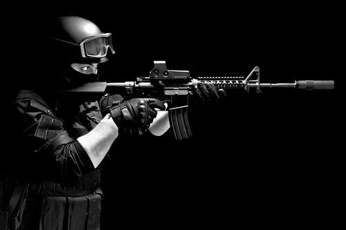 フリー写真素材, 社会・環境, 警察・消防, SWAT, 銃, Mカービン, モノクロ写真,