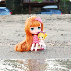 *friends (QueenPantoufle) Tags: friends italy beach photography dolls blythe takara petit petitblythe dlg springchocolate dearlelegirl