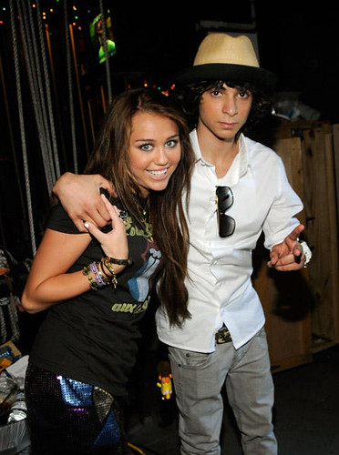 Miley Cyrus y Adam Sevani