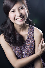 [フリー画像] 人物, 女性, アジア女性, 笑顔・スマイル, ベトナム人, スタジオ, 201101042100