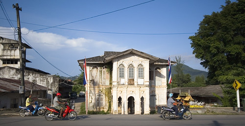 Mopeds passig Old building in Kathu, Phuket