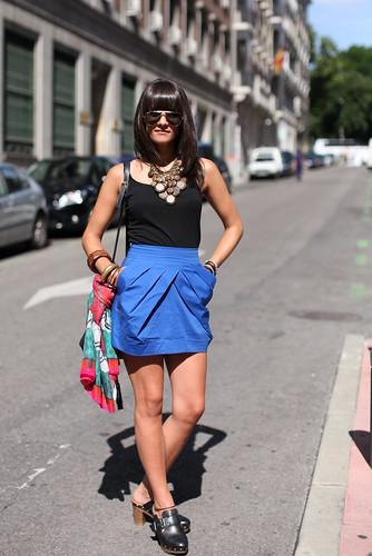 A saia é azul, a pose é espanhola