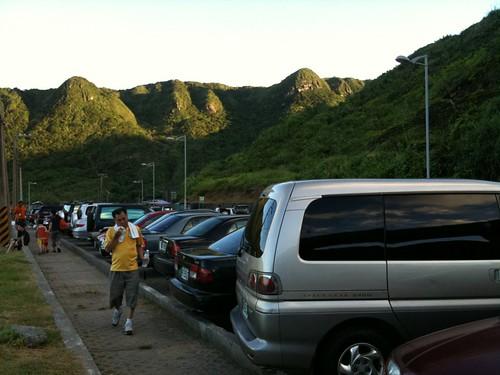 滿滿的人與車