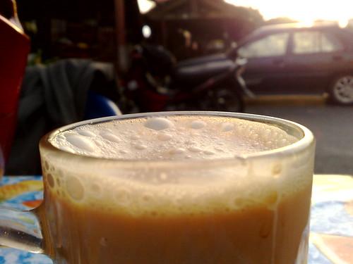 Suasana romantik minum petang di Kedai Kak Milah sambil menikmati matahari terbenam.