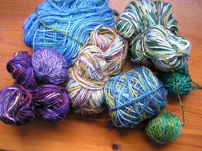 grüne und lilafarbene Wollreste