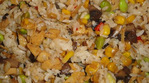 素拌飯(飯,炸豆包, 蘑菇, 玉米, 毛豆, 大蒜)
