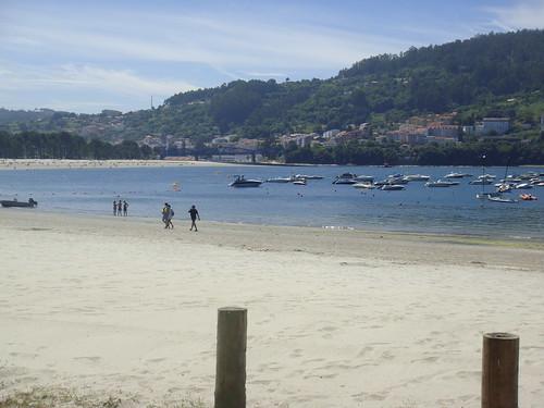 Vista de la playa con Puentedeume al fondo