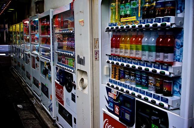 海外「日本の社会は本当に独特だ・・・」外国人が日本ならではな自販機を体験してみた