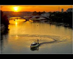 Zaragoza en barco (pimontes) Tags: bridge sunset boat spain waves barco arch zaragoza aragon puestadesol selectbestexcellence sbfmasterpiece