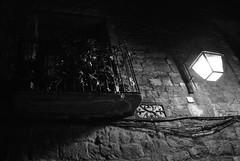 Ainsa de nit (2) (Ramon Oromí Farré @sobreelterreny) Tags: ainsa sobrarbe huesca osca aragó aragón calbenido calbenidoorg ventanas finestres blancinegre blancoynegro byn bin nit noche balcons balcones reixes rejas balcó balcón balcony balcone barana barandilla baranda railing