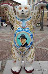 Argentina (Ari Helminen) Tags: life bear autumn art colors statue standing suomi finland oso helsinki peace arte bears exhibition harmony handsup understanding syksy karhu rauha unitedbuddybears taide vrit