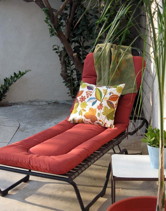 lounge chair+outdoor throw pillow+backyard