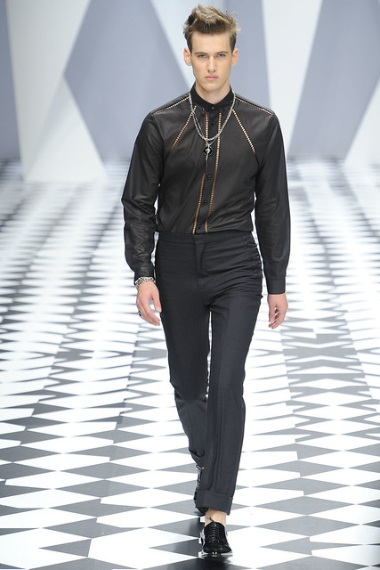 Robin Barnet3001_SS11_Milan_Versace(VOGUEcom)