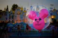 Disneyland - Balloons and Small Worlds converge (Matt Pasant) Tags: california canon disneyland disney orangecounty anaheim dlr