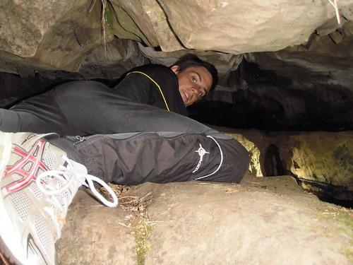 Jag krälar in i den smala delen av grottan.