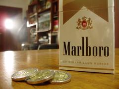 Un pasaje a Camposanto (Carlos Casa) Tags: macro coins smoke cigar super olympus marlboro ligth mesa cigarrillo monedas compacta x840