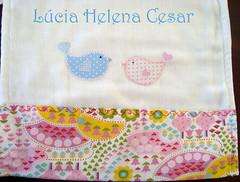 Fralda de Ombro (Lucia Helena Cesar) Tags: baby birds rose handmade embroidery rosa cruz bebe toalha menina ponto manta pompom riscos moldes aplique aplicao paninhos flanela enxoval patchcolagem