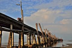 "Fishermen's parking bay 渔民的停""车""位 ... (青蛙 Frog) Tags: bridge nikon fishermen jetty malaysia fishingboat hdr selangor 2010 motobike d90 nd8 tanjongsepat kualalangat 瓜拉冷岳 丹戎士拔"