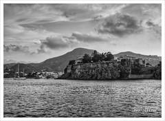 Il porto di Lipari con la rocca (Andrea Rapisarda) Tags: blackandwhite bw olympus bn sicily hdr sicilia biancoenero eolie oly lipari isoleeolie rapis60 andrearapisarda