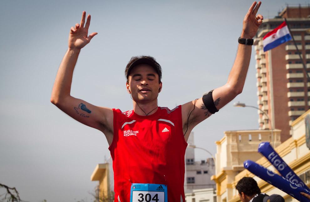 Itamar Coutinho levanta los brazos para celebrar su llegada luego de 3 horas y 35 minutos consiguiendo asi la posición 49 en las generales de 42km masculino y 9 en su categoría. (Tetsu Espósito - Asunción, Paraguay)