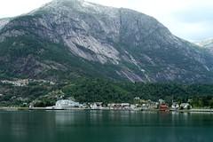 Eidfjorden (SebastienToulouse) Tags: voyage mer ferry montagne lac tunnel voiture fjord seb maison cascade panneau sandrine batiment norvege arcenciel