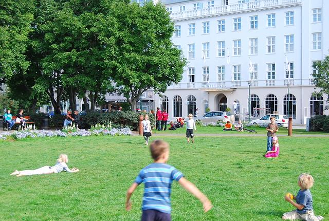 Niños islandeses disfrutando del sol