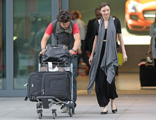 miranda-kerr-orlando-bloom-hug-happy-10