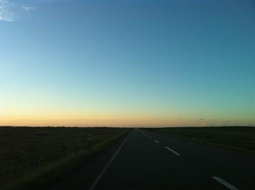 どこまでも真っ直ぐ。夕暮れ濃い道道106号線。