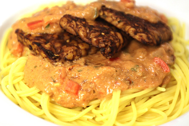 Tempeh cutlets with creamy tomato-pepper spaghetti