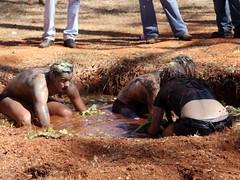 Trote violento: alunos rolam na lama