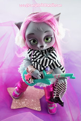 Amande! (Marine - La Compagnie des Radis) Tags: bjd doll cat kawaii cute balljointeddoll ball jointed compagnie radis amande jem holograms rock pop pink wig pinkhair custom