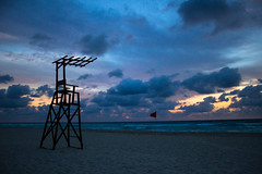 Amanecer en blues (Jos Monreal) Tags: cancun quintanaroo sea mar beach playa salvavidas amanecer dawn travel travels mexico mexicodesconocido canont3i canon canonphotographer canonglobal canonphoto visitmexico nubes clouds specland