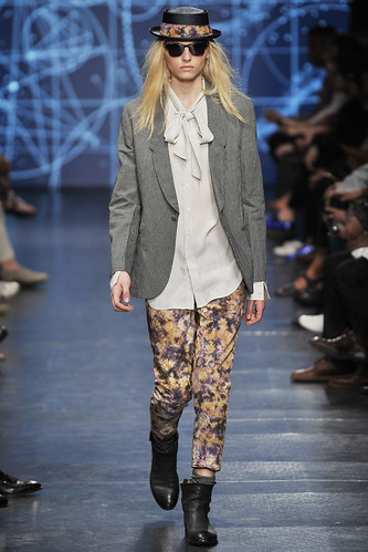 Andrej Pejic3042_SS11_Paris_Paul Smith(VOGUEcom)