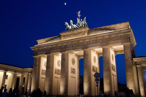 blaue Stunde am Brandenburger Tor im Mondlicht