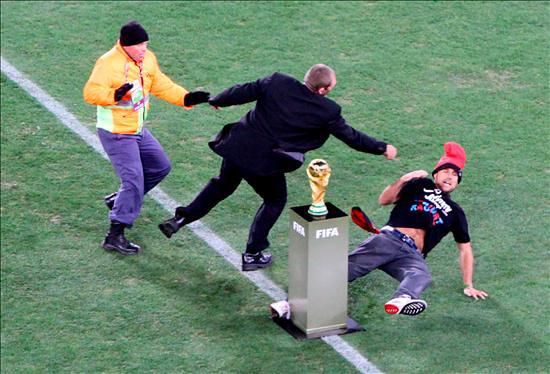 Foto de Jimmy Jump con el Trofeo del Mundial de Fútbol