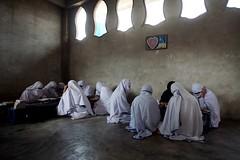 2007-08-15_MG_1437 (Ronald de Hommel) Tags: windows girls pakistan news students girl horizont