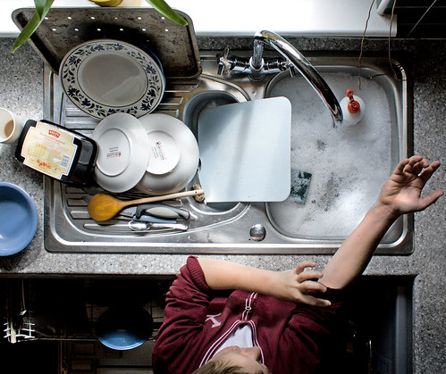 Lavare i piatti: meglio a mano o in lavastoviglie?