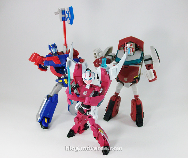 Transformers Arcee Animated Deluxe vs Optimus vs Ratchet - modo robot