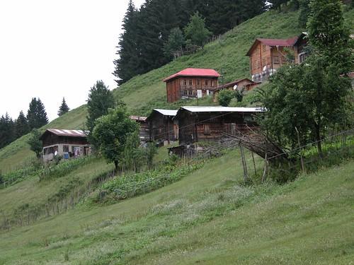 DSCN0499 Ayder, maisons traditionnelles anciennes et modernes