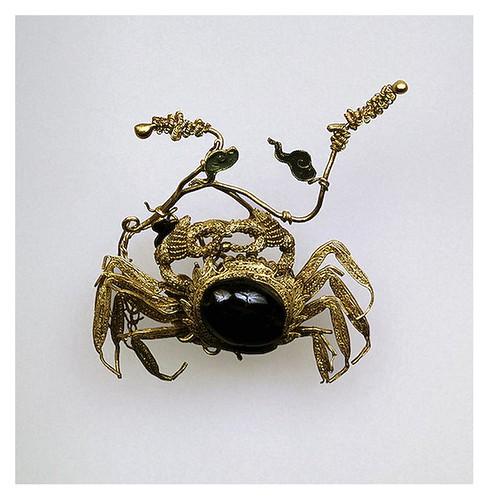 007-Traba para el pelo con forma de cangrejo-Oro y almandino-China. siglos 17-18-Copyright ©2003 State Hermitage Museum