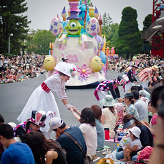 Easter Greetings from Mary Poppins (Peter E. Lee) Tags: japan easter crowd bert disney parade jp chiba pixar marypoppins float bunnyears monstersinc mikewazowski 2010 tdr tokyodisneyresort tokyodisneylandresort disneyphotochallenge tdlr easterwonderlandparade